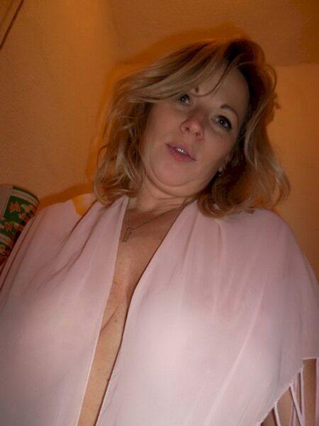 Libertine sexy réellement chaude cherche un gars novice
